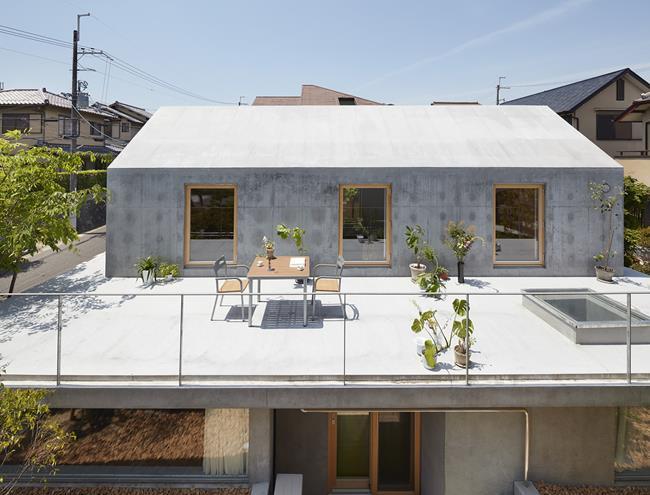 Nhờ vậy, họ đã tạo ra một không gian sân thượng bao quanh căn nhà.
