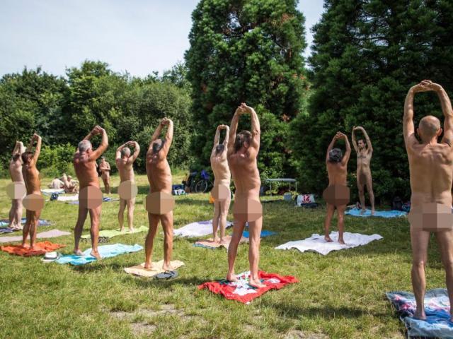 Hàng trăm người khỏa thân tập yoga giữa trung tâm Paris
