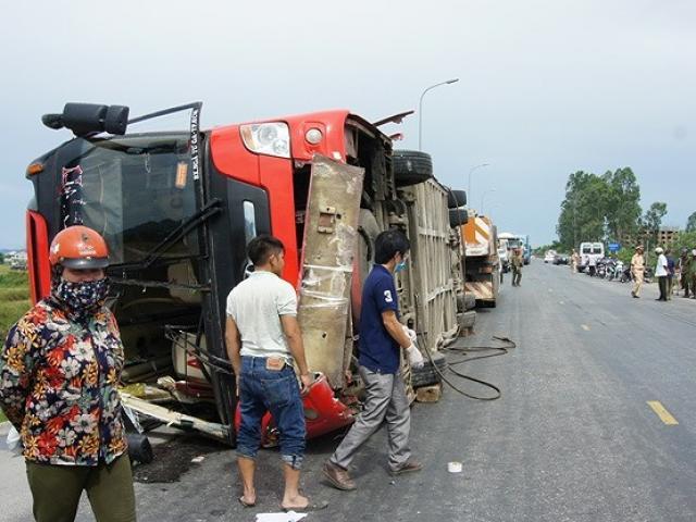 Kinh hoàng: Lật xe khách 2 người chết, 7 người bị thương