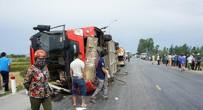 Kinh hoàng: Lật xe khách 2 người chết, 7 người bị thương - 1