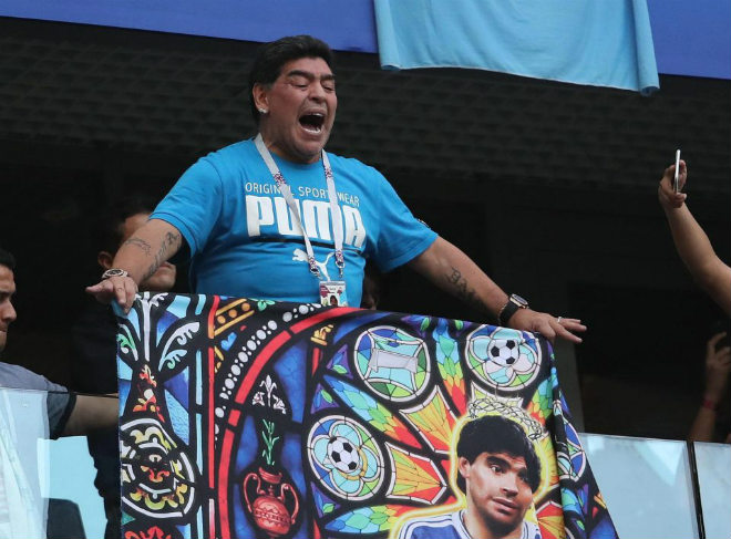 """Maradona """"phát điên"""" vì Messi – Argentina: Náo loạn khán đài & giơ ngón tay thối - 1"""