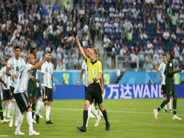 """Tranh cãi VAR nảy lửa: Trọng tài Cakir """"cứu"""" Argentina, Nigeria ôm hận"""