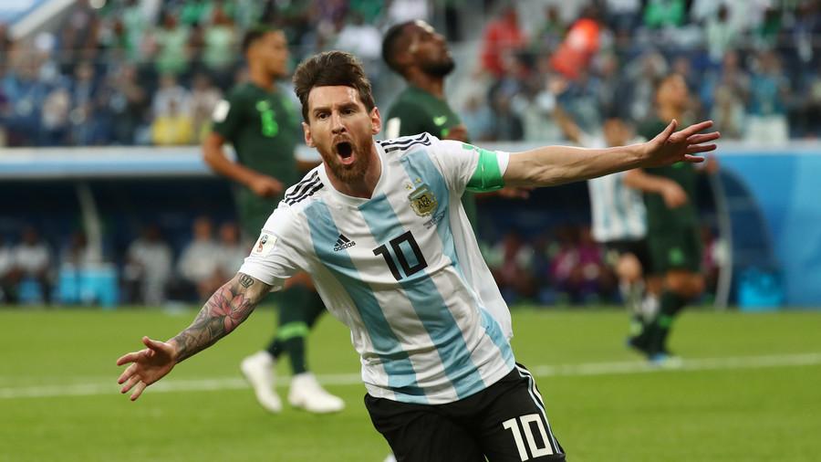 Đứng ở Nam Cực băng giá mừng Argentina vượt vòng bảng World Cup - 1