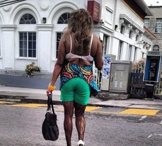 Muốn nổi bật giữa phố thì phải mặc thật sặc sỡ.