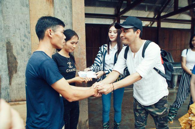 """MC Phan Anh nhận """"gạch đá"""" vì áo quần tinh tươm khi từ thiện vùng lũ - 1"""