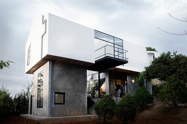 Căn nhà có diện tích 100m2, được xây dựng trên một sườn đồi dốc, có tầm nhìn bao quát khung cảnh tuyệt đẹp của núi đồi Đà Lạt.