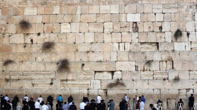 """Chụp ảnh khỏa thân trước bức tường thiêng, cô gái Bỉ bị """"ném đá"""" - 1"""