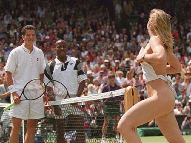 """Nhức nhối Wimbledon: Nữ sinh cởi sạch 100%, 2 tay vợt nam """"có phúc"""""""