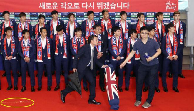 """Hàn Quốc hạ Đức chấn động World Cup: """"Người hùng"""" về nước bị ném trứng thối - 1"""