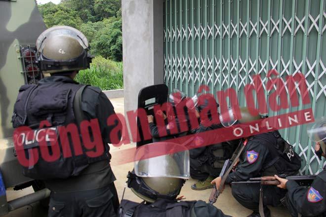 NÓNG: Hình ảnh hiện trường vụ đấu súng nghẹt thở với trùm ma túy ở Lóng Luông - 1