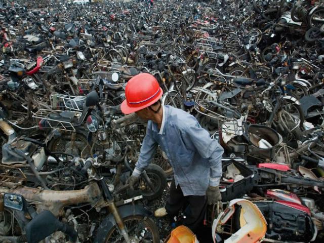 Phế liệu xe máy xếp núi khổng lồ, cấm xe máy là đúng?