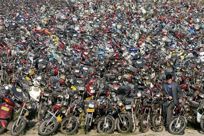 Phế liệu xe máy xếp núi khổng lồ, cấm xe máy là đúng? - 1