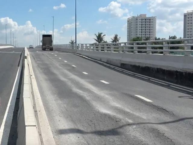 Hình ảnh không thể ngờ ở cầu vượt trăm tỷ vừa được thông xe đúng 1 ngày