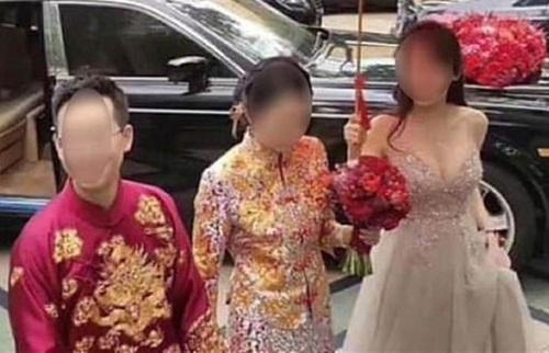 Phù dâu quá gợi cảm khiến cô dâu lu mờ trong đám cưới - 1