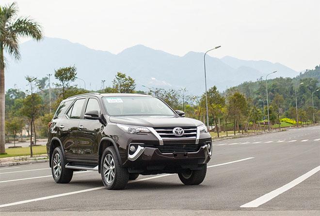 Mua xe Toyota Fortuner 2019 với mức giá bán hấp dẫn cùng nhiều quà tặng trong tháng này - 1