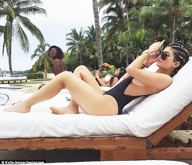 1. Áo tắm khoét hông cao là trang phục đi biển chẳng lạ lẫm gì ở nước ngoài. Nhiều hot girl Hollywood như Kylie Jenner, Kendall Jenner, Bella Hadid... từng gây chú ý khi mặc chúng.