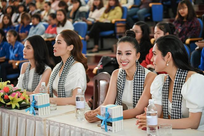 """Á hậu Thùy Dung: """"Trao tặng sách là đầu tư vào tri thức, tương lai"""" - 1"""