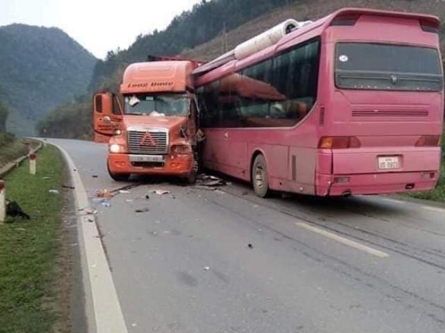 Đầu xe khách nát bét sau cú va chạm kinh hoàng với container, hành khách la hét kêu cứu