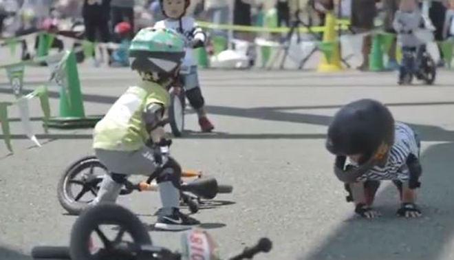 """Tay đua nhí động viên """"người anh em"""" bị ngã tiếp tục cuộc đua khiến vạn người mê - 1"""