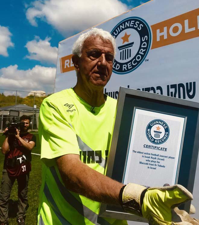 Ngỡ ngàng: 74 tuổi vẫn ham hố làm thủ môn, nhận kỷ lục Guinness - 1