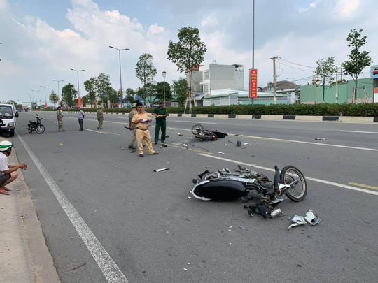 Binh Duong: Because of falling helmets, 3 people are in danger - 1