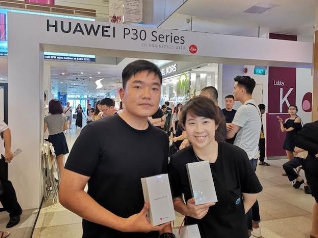 Người Việt xếp hàng mua iPhone, còn người Singapore trắng đêm chờ Huawei P30 Pro