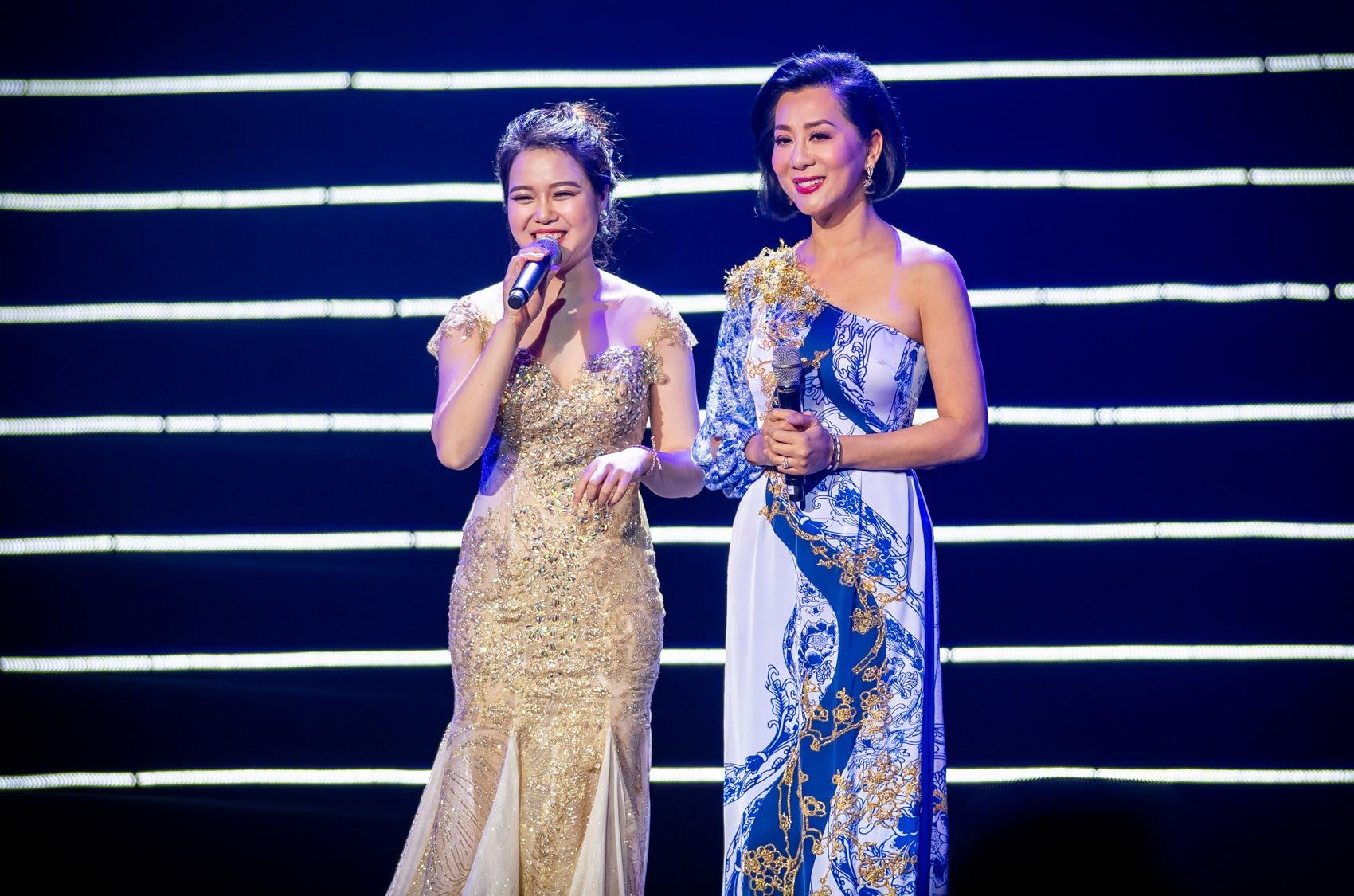 """Chế Linh """"hôn công khai"""" MC Kỳ Duyên trong liveshow riêng ở Hà Nội - 1"""