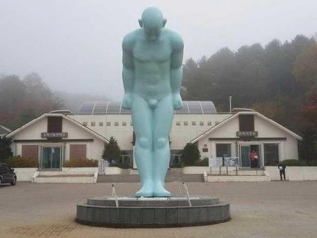 Huế đau đầu chuyện đặt tượng 'Người đàn ông cúi đầu'