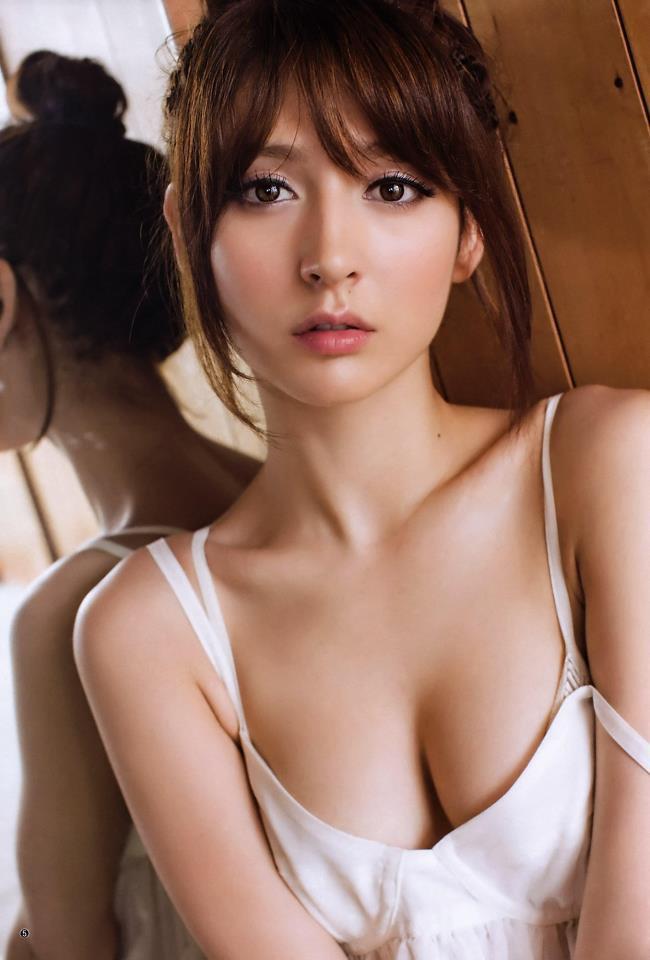 Mẹ cô là người gốc Pháp, còn cha cô mang hai dòng máu Trung Quốc và Philippines. Cả hai đều làm nghề chia bài tại sòng bạc.
