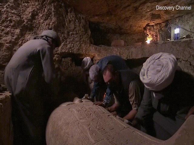 Phát trực tiếp cảnh mở nắp quan tài chứa xác ướp Ai Cập 2.500 năm