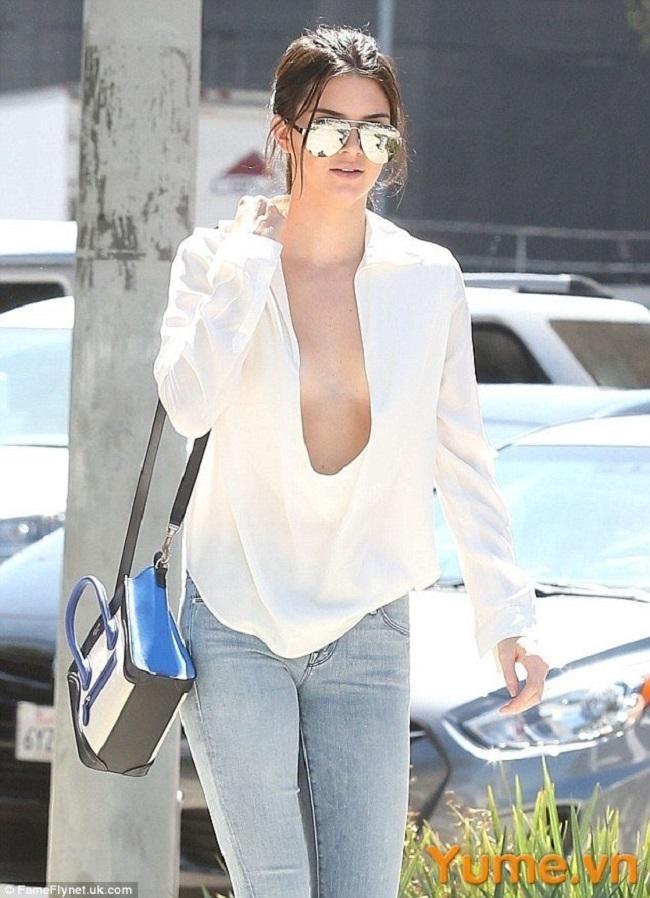 """Kiểu mốt """"thả rông"""" được nhiều ngôi sao Hollywood ưa chuộng. Ví dụ như Kendall Jenner, Bella Hadid, Rihana, Miley Cyrus, Selena Gomez..."""