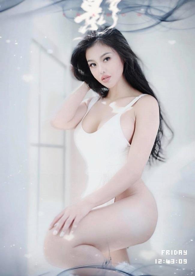 """Julia Hồ khẳng định không mặc áo lót có lợi cho sức khỏe: """"Việc cất đi chiếc áo ngực còn là biện pháp đặc biệt giúp bạn có một sức khoẻ tốt hơn. Mọi phụ nữ trên thế giới được khuyến khích không mặc áo ngực để ngăn ngừa ung thư vú."""""""