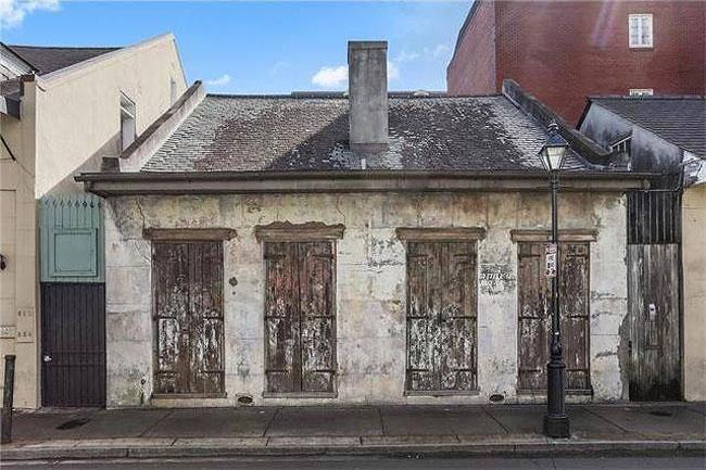 Ngôi nhà này rộng khoảng 168 m2, được xây dựng từ thế kỷ 19 theo phong cách Creole và tọa lạc tại New Orleans, Mỹ.