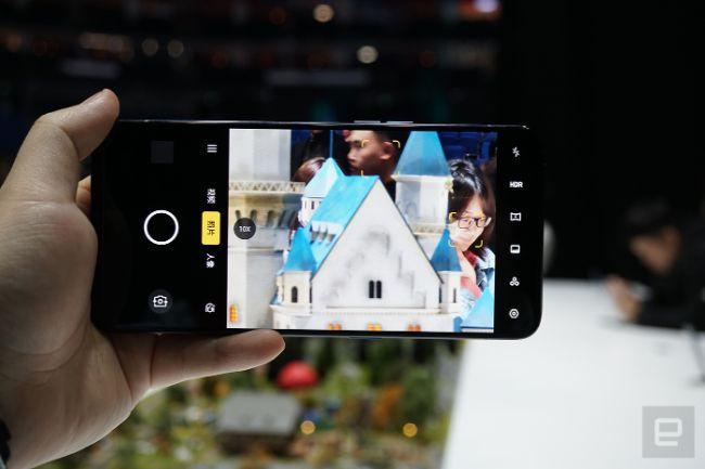 Trong khi Oppo Reno 10x Zoom Edition có màn hình 6,6 inch và chip Snapdragon 855.
