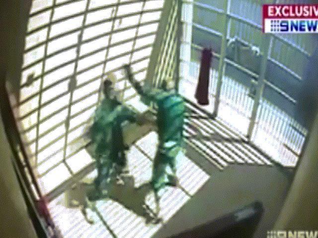 Video gangster khét tiếng đánh nhau tay đôi với khủng bố trong nhà tù Úc