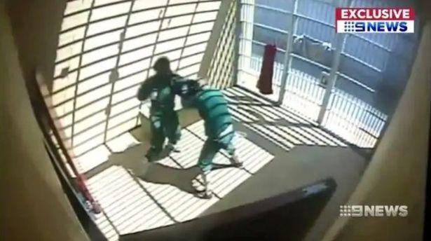 Video gangster khét tiếng đánh nhau tay đôi với khủng bố trong nhà tù Úc - 1