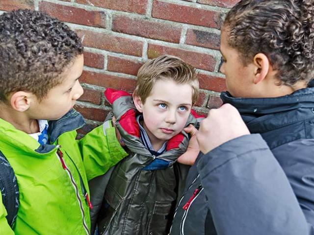 8 lời khuyên từ chuyên gia giúp bố mẹ ngăn chặn hành vi đánh bạn của con