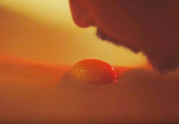"""Phim Việt 18+ gây sốc với cảnh húp trứng trên bụng thiếu nữ kiểu """"sushi Nhật"""" - 1"""
