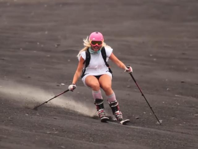 Ba cô gái xinh đẹp mạo hiểm trượt trên sườn núi lửa đang hoạt động mạnh nhất châu Âu
