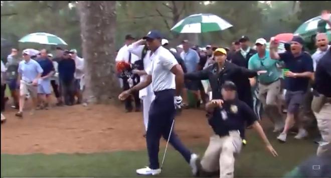 """Tiger Woods gặp họa vẫn vô địch giải 11 triệu đô: Bị bảo vệ """"xoạc"""" vào chân - 1"""