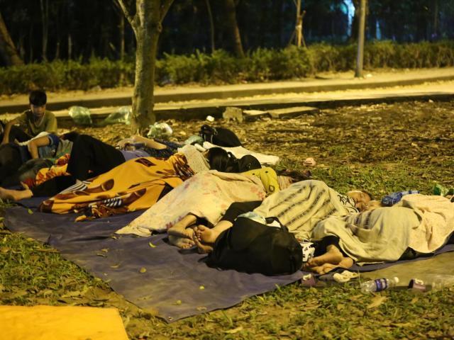 Ảnh: Người dân vạ vật ngủ ngoài trời chờ dự lễ giỗ tổ Hùng Vương