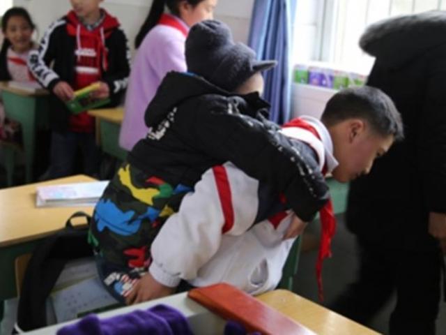 Cậu bé 12 tuổi cõng bạn khuyết tật đến trường suốt 6 năm