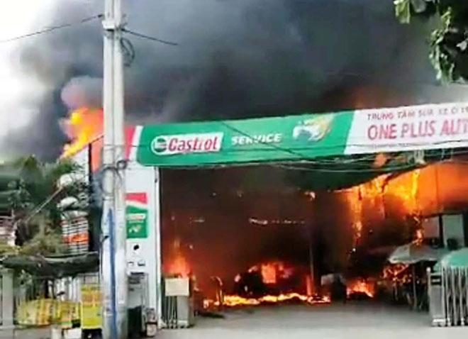 Cháy khủng khiếp tại gara ở Sài Gòn, nhiều ô tô trơ khung - 1
