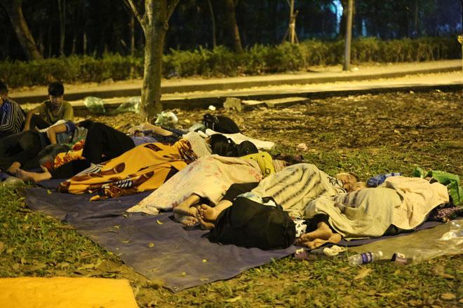 Ảnh: Người dân vạ vật ngủ ngoài trời chờ dự lễ giỗ tổ Hùng Vương - 1