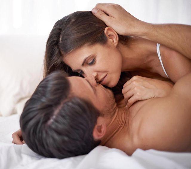 """Vì sao bị đau khi làm """"chuyện ấy""""? Chuyên gia tình dục mách cách xử lý - 1"""