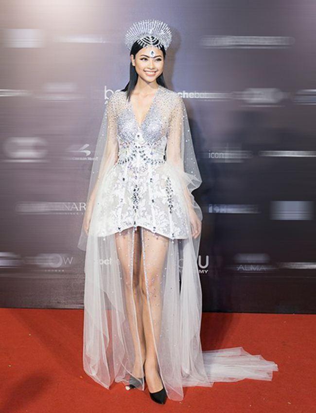 """Nỗ lực hóa """"nữ thần Mặt trời"""" của Top 5 Hoa hậu Việt Nam 2016 Đào Thị Hà thất bại vì mọi thứ trên trang phục của cô đều bị làm quá, sến súa và rườm rà từ chiếc váy siêu nhiều tầng lớp cho đến vương miện khó hiểu."""