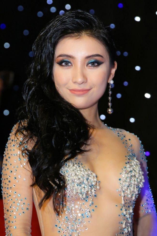 """Cận cảnh chiếc áo xuyên thấu mặc như không của Tiêu Châu Như Quỳnh khiến cô trở thành cái tên ghi danh """"bảng vàng mặc khó hiểu"""" tại Tuần lễ thời trang quốc tế Việt Nam mà chưa ai có thể vượt qua."""