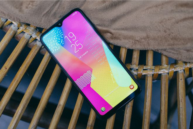 Đánh giá chi tiết Galaxy M10: Smartphone giá mềm, chụp ảnh đẹp - 1