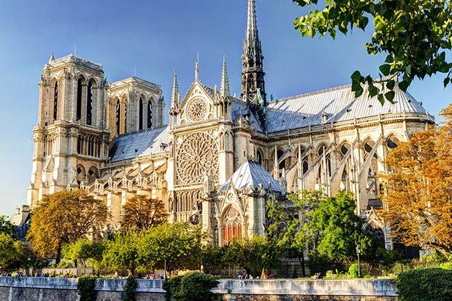 Notre-Dame de Paris, nhà thờ Đức Bà Paris là một trong những di tích lâu đời và mang tính biểu tượng nhất của thủ đô nước Pháp và cũng là một trong những nhà thờ nổi tiếng nhất châu Âu.