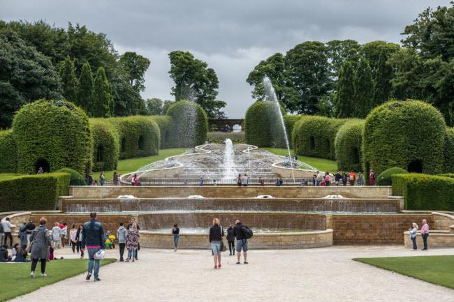 Khu vườn Alnwick bao quanh lâu đài cùng tên ở Northumberland, Anh. Đài phun nước khổng lồ Grand Cascade với 120 vòi phun tạo nên điểm nhấn cho khu vườn.